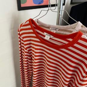 To langærmet stribede trøjer fra Monki.  Den ene er beige og hvid stribet, og den anden er rød og hvid stribet.  Trøjerne er i størrelse XS.   Skriv privat for mere info, flere billeder eller hvis du har et forslag til en anden pris.   ——————— Kom gerne med bud ———————