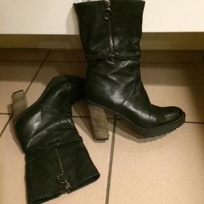 Varetype: Bikerstøvler Farve: Sort  Grov rustik spændende støvle m kraftig hæl og gummisål