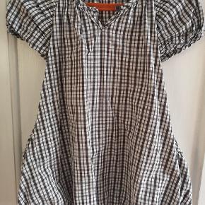 Fin pompdelux kjole med lommer i siden. Ingen pletter eller huller