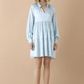 Smukkeste Stine Goya kjole sælges - størrelse xs, men rummelig/fleksibel i størrelsen. Underkjole medfølger.