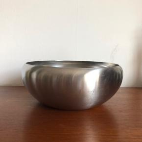 Skål fra Alessi Italy (mærket inox 18/10) i rustfrit stål med en diameter på 23 cm sælges. Skålen har en del ridser og sælges derfor billigt, men er stadigvæk meget brugbar som fx frugtskål.   Afhentes hos mig på indre Nørrebro i København.