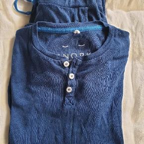 Økologisk pyjamas fra det danske mærke Snork Copenhagen.  Størrelsen hedder 10 år, men er til den lille side - omkring str 8 år. Skriv for mål.