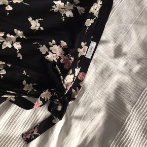 Fin slå-om nederdel fra Envii - skriv for flere billeder  Mængderabat kan fås ved køb af flere ting på min profil ☀️