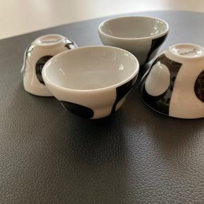Fine, små tapas porcelæn skåle fra Menu, kan bruges til pesto, salt og mm. Aldrig brugt 4 stk. 69 kr   Tages ikke retur, pris plus fragt.
