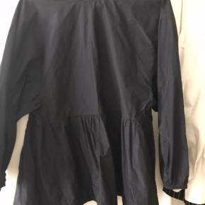 Aldrig brugt. Populær skjorte fra COS, magen til den i hvid jeg sælger, denne her er lavet af 100% polyester, men stadig åndbar pga den åbne ryg.