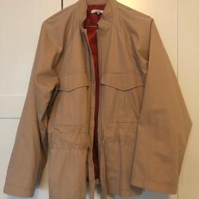 Overvejer at sælge denne udsolgte jakke Brugt kun få gange