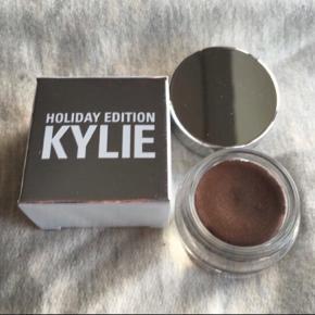 Brand: Kylie Cosmetics Holiday 2016 Cream Shadow Golden Plum - 175kr  Jeg har betalt fragt og told, derfor er prisen højere end den var på hjemmesiden.  LIMITED EDITION - KAN IKKE KØBES LÆNGERE  ALDRIG BRUGT, STADIG I ÆSKE - BYTTER IKKE  Generelt: Hvis I ønsker mine ting sendt som forsikret pakke og/eller i boblekuvert/æske, så oplys venligst dette, så det kan lægges oveni prisen.