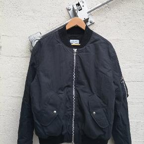 Soulland bomber jakke. Nypris på denne jakke har været 3500. Jakken er næsten ubrugt, men sælger den da jeg ikke får den brugt. Jeg er 185cm og den fitter mig perfekt.