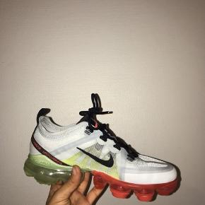 Nike vapormax. Brugt FÅ gange fremstår nye. Str 37,5 men passes af en 37. Kom med et bud