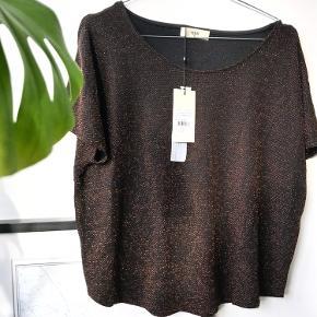 Fin t-shirt i glimmermateriale - perfekt til vinter ✨  Tjek også mine andre annoncer. Jeg giver gerne mængderabat, hvis du køber 2 eller flere varer 🦩🌸🍋
