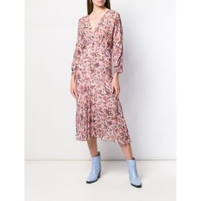 Ubrugt. Nypris 3140  IRO Temper floral print dress Tonal pink Temper floral print dress from Iro featuring a v-neck, a back zip fastening, long sleeves, a relaxed fit and a mid-length. Composition Lining: Viscose 100% Outer: Viscose 100% .