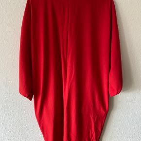 Flot rød kjole fra & Other Stories.   Der er lynlås bagpå, den har lommer og fine draperings-detaljer på indersiden er ærmerne.   Køber betaler Porto og jeg handler kun igennem TS, så begge parter er sikret 😊