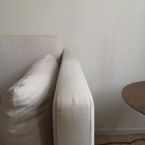 """Fin 2,5 personers sofa fra Nielaus model handy i stof Sahara 100% bomuld i aftageligt betræk på hynder og puder. Mål: 1,60 x D: 0,80 x H: 0,85 Stålben og kommer fra ikke ryger hjem uden små børn og husdyr. Nyprisen fremgår af annoncen. Sofa skal afhentes for egen regning i København k. På 1.sal. Det kræver mindst en stærk """"mand"""" Vi stiller en mand til rådighed.  Der er en lille skade på det ene armlæn- se billede nr 2. Jeg sælger også en 3 personers sofa i samme model og stof. De er i god stand. Begge sofaer er købt samtidigt og i samme farve og kvalitet."""
