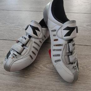 Diadora Spinningsko / cykelsko   Str 41 => små, svarer til 39.   De måler 25cm indvendig.  Jeg bruger normalt 39, min fod måler 24.5cm og de passer. :-)