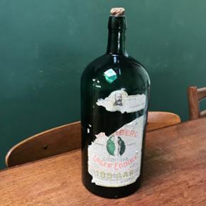 Mørkegrøn retro lagereddikeflaske med gammel etikette på. Ca. 30 cm høj.