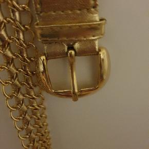 Vildt fedt guldbælte, som man kan spænde ind så meget man vil, da der er huller i midten hele vejen, derfor passer det også mange. Stort set ingen brugspor. Kun 40 kr. ellers byd🌺