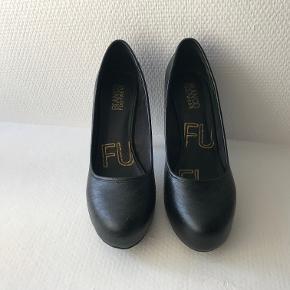 Elegante stiletter med slangeskindsmønster. Skoene har aldrig været brugt. Der er et diskret plateau foran, så hælene ikke føles så høje.  Se desuden mine mange andre annoncer med sko på min profil :)