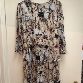 Sælger fin elegant munthe kjole, da jeg ikke får den brugt! Kjolen er næsten som ny. Skriv for interesse eller for ønske om flere billeder☺️