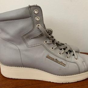 Skønne støvler fra Acne Studios - perfekte til foråret! Støvlerne er ikke brugt særligt meget pga alt for mange sko/støvler i skabet   OBS: Der står str. 38 i støvlerne, men de svarer til en str. 39. Indvendigt måler sålen 26 cm.