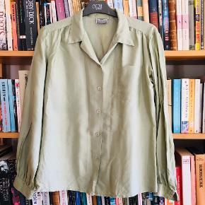 Fin vintage skjorte i ren silke fra H&M i en dejlig støvet mintgrøn. Flotte detaljer, men fremstår med lette brugsspor langs enkelte kanter (ikke noget, man lægger mærke til andet end ved nærstudering)