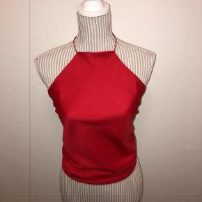 HaltertopsbyEP⭐️Bomuld/polyester rød haltertop- hjemmelavet vintage top. Syet i hånden og på maskine, bindes i toppen og bar på ryggen. OBS! Store som små bryster kan passe, da man selv justere toppens nakke og hvor stram den skal være (lavet med elastisk eller snor i nakken). Anbefalet størrelse Xsmall-M. Blødt og behageligt stof.  Alle de toppe som jeg laver, er genbrugs materiale og er derfor grønt og godt for miljøet ✅ (købt i genbrugs butikker). 1 stk - med rød snor i nakken  Alle toppe får med strygejernet inden sendt afsted. Snorene er syet og limet fast, for at give større holdbarhed. Vask toppene på 30 grader eller i hånden for længere holdbarhed. Mp 250kr  Gå ind og følg med for mere på Instagram ep_greenclothing