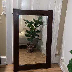 Super fint spejl med mørkebrun ramme i træ. Måler 75,5 cm i bredden og 120 cm i højden. Kan hentes på Østerbro eller i Jyllinge.
