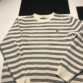 Varetype: Bluse Farve: Hvide  Hvid sweater med sorte striber, købt hos Dr. Adams i Odense. Fin stand. Nypris kr 1.100 Pris 450 pp