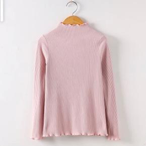 Sælger denne fine Rosa top, turtleneck, langærmet trøje (kald den hvad du vil), da jeg ikke får den brugt.  Info: Str: XS/S; der er stretch i den, så en lille M Cond: 10 NP: 200, men er mere end åben overfor bud🤍