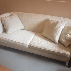 Gammel men pæn sofa og stol i cremfarvet stof med mørke brune træben. Stoffet trænger til en rensning da der er lidt pletter hist og pist. Men stabil og robust sofa. Ca 2 m lang. Ca 95 cm bred og 85 cm høj. Puder følger med. 400 kr ialt. Afhentes i Alslev mellem Varde og Esbjerg.