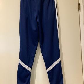 Lækker Adidas mørkeblå bukser  str. 164, ikke brugt ret meget, fint stand, fejler intet.   Hvis du er interreseret i de Adidas bukser   str. 164 sender jeg gerne nøjagtige mål og flere fotos, tages ikke retur, pris plus fragt.