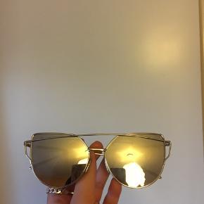 Fejler intet, sorte cat eye solbriller med sølv stel. Sælger også i rosa med guld stel og blå med sølv stel