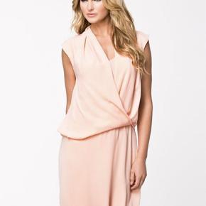 Fuldstændig ny kjole fra malene birger. Den har kun hængt i posen. Det er en størrelse 40. Jeg har lånt lidt billeder, da den skal ses på! Det sidste billede er mit, og farven er lidt mørkere på mit billede, da det er svært at ramme den rigtige farve i overskyet vejr....