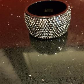 Sif Jakobs ISOLA kollektion. Smukt sort armbånd, med swarovski krystaller indlagt i et glat lag af resin, Ca. 4,3 cm. højt. Nypris: 1499 kr. FAST pris 500 pp via MobilePay  Armbånd (500 kr) Farve: Sort