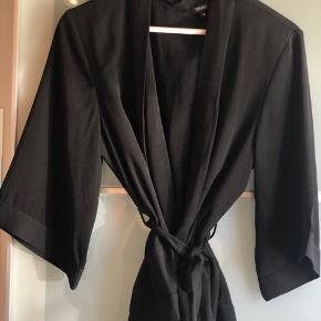 Flot kimono fra Project unknown 🖤 Køber betaler fragt  Byd gerne - vi kan også aftale mængderabat, hvis der købes flere stykker tøj på min side ☺️