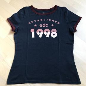 Brand: Edc by Esprit Varetype: T-shirt Farve: Blå Prisen angivet er inklusiv forsendelse.  Dejlig t-shirt 100% bomuld Blød kvalitet Husk prisen er inkl. forsendelse :-)