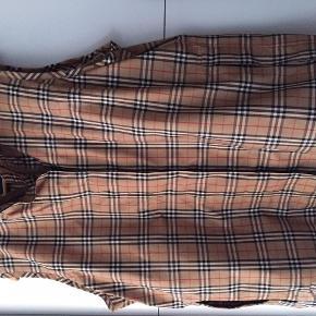 Varetype: Vest Farve: Se billede Oprindelig købspris: 3000 kr.  Lækker vindtæt og vandafvisende golf vest fra Burberry.. Aldrig brugt.  MP. 1500
