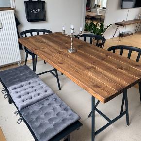 Bord, tre stole, bænk og tilhørende grå velour hynder.  Kan sælges seperat, skriv :)