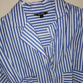 Helt ny skjorte i str S i blå og hvid stribet.