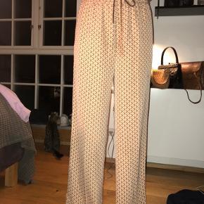 Sælger de her løse bukser, har næsten aldrig brugt dem, de købt på zalando og kan faktisk ikke huske prisen.  Er 175 høj og de er lange til mig, altså går sådan lige ned over skoen❤️ Mødes i Kbh, eller sender hvis du betaler fragt💛