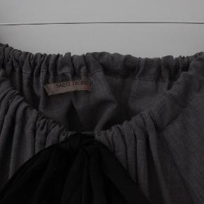 Dejlig løs kjole i brunlig farve med sort bindebånd i halsen. Løs hængende.Ca. 95 lang.