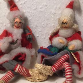 Fine gamle håndlavede nisser med ægte sivsko julesæk og strikketøj og garn   Ca 15 cm høje  Retro vintage  Nusser fødder- ikke til at stå for Jul julepynt nisse nisser Christmas   Sender gerne