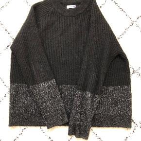 Fin striktrøje fra Envii i sort og sølv glimmer. Kan afhentes i Århus C eller sendes på købers regning🤗 BYD gerne!