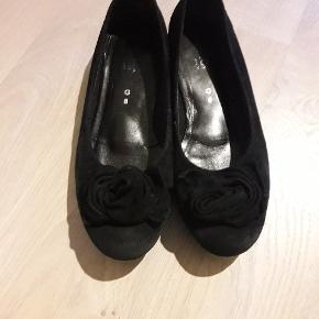 Lækre sko i ruskind. Ikke brugt specielt meget. Str. 8/26,5 cm.