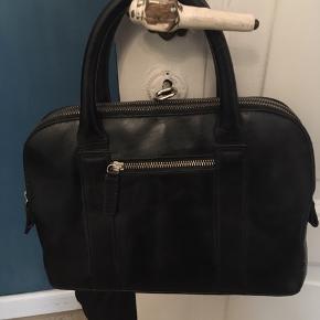 Fin lille håndtaske i imiteret læder med to adskilte lynlåsrum, en udvendig lynlåslomme og to håndtag. Mål 10x20x30cm. Pæn stand. 70kr Kan hentes Kbh V eller sendes for 38kr DAO