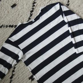 Skøn hvid/blå stribet kjole med trekvartærmer og lommer. I ren bomuld. Nypris 249,- Bytter ikke.