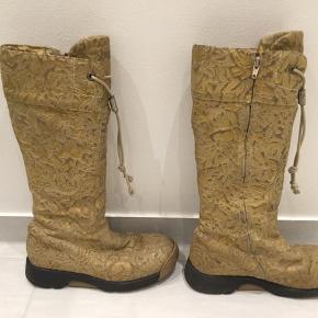 Fine guld Bumper støvler med mønster i skindet. Sælges hurtig og billigt 💛