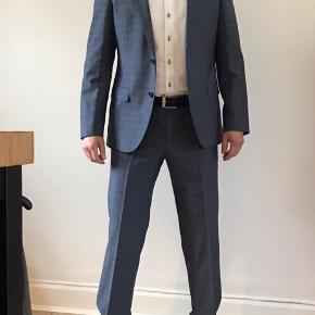 Rigtig flot Hugo boss jakkesæt af god kvalitet i blå nuancer. Behageligt at have på og kvaliteten gør at det falder flot  Flot jakke og buks med flot mønster Jakkestørrelse 50 Habitbuks Livvidde størrelse  33   Fremstår som ny Bud er velkomne men realistisk