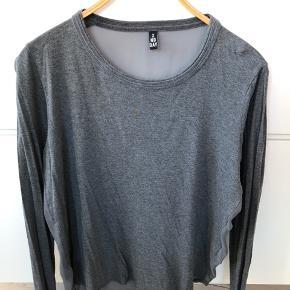 Koksgrå langærmet t-shirt i lækkert materiale, gennemsigtig stof på ryggen.