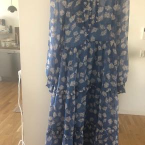 Super fin sommer kjole med underkjole til. Brugt et par gange sidste sommer. Fremstår helt perfekt