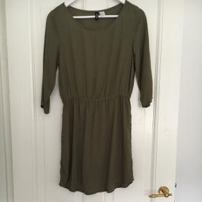 Kjole fra H&M i str. 36. Brugt, men i fin stand.  Købt på tilbud, derfor den lave pris.  Byd gerne og tjek mine andre annoncer ud 🌟
